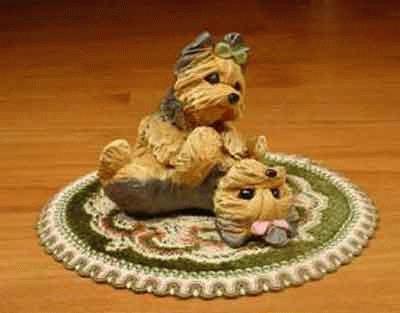 2 spielende Yorkshire Terrier auf einem Teppich