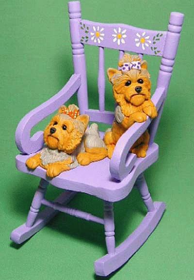 Zwei kleine Yorkies in einem Schaukelstuhl