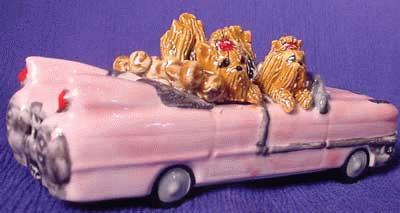 Familienausflug in einem rosa Cadillac