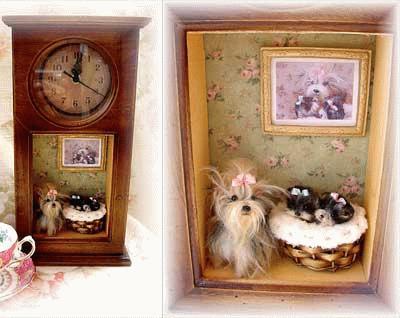Yorkshire Terrier in einer Standuhr