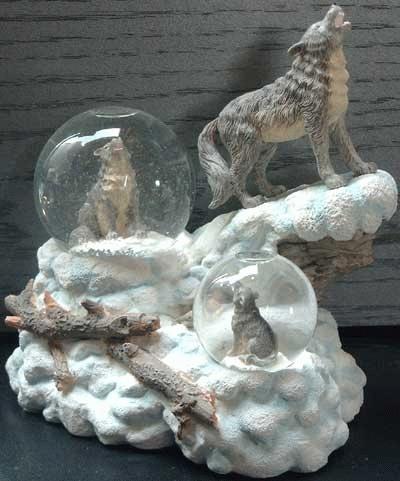 3 Wölfe auf einem Schneefels - incl. 2 Schneekugeln und Spieluhr!!!