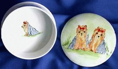 Porzellandose mit Yorkshire Terrier & weissen Rosen