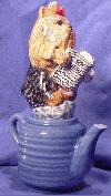 Yorkshire Terrier auf einer Teekanne